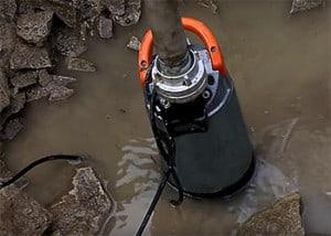 Eine Schmutzwasser-Tauchpumpe eignet sich gut für Sickergruben und Baustellen